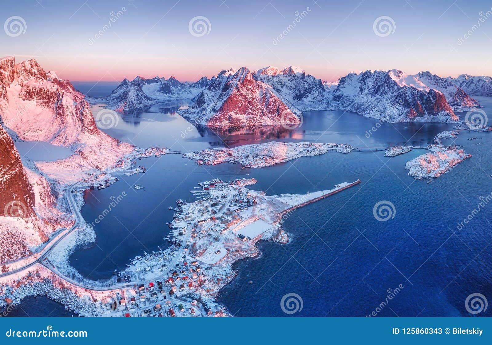 Flyg- sikt på de Lofoten öarna, Norge Berg och hav under solnedgång