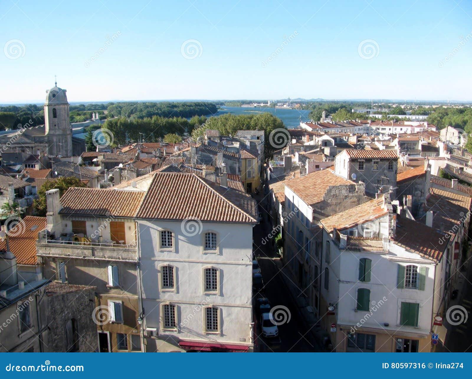 Flyg- sikt på den gamla staden av Arles, Frankrike