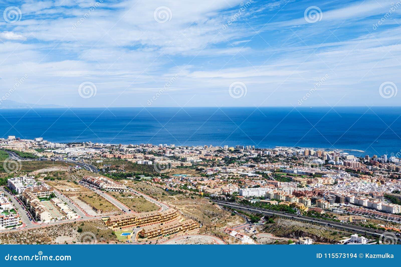 Flyg- sikt på den medelhav-, Benalmadena staden och huvudvägen längs kusten Provence Malaga, Costa del Sol, Spanien