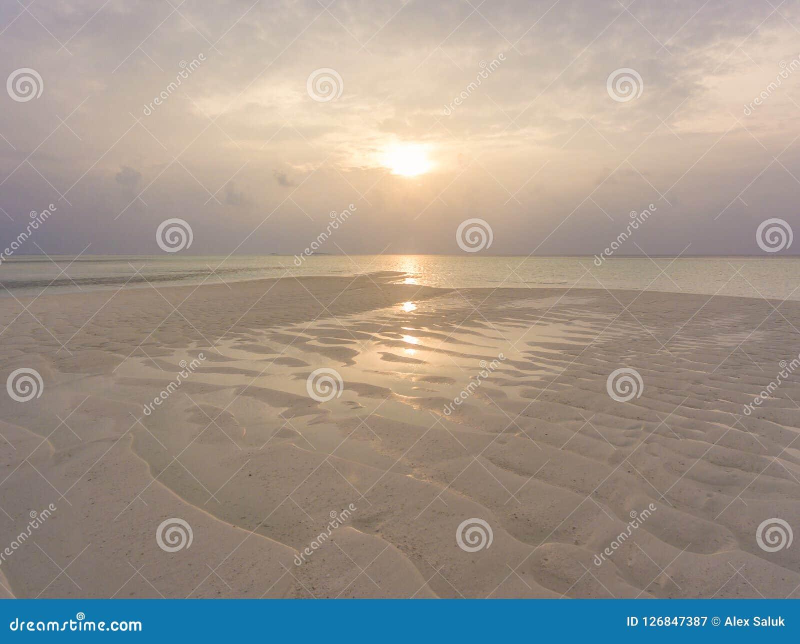 Flyg- sikt på solnedgång på den Olhuveli ön, Maldiverna