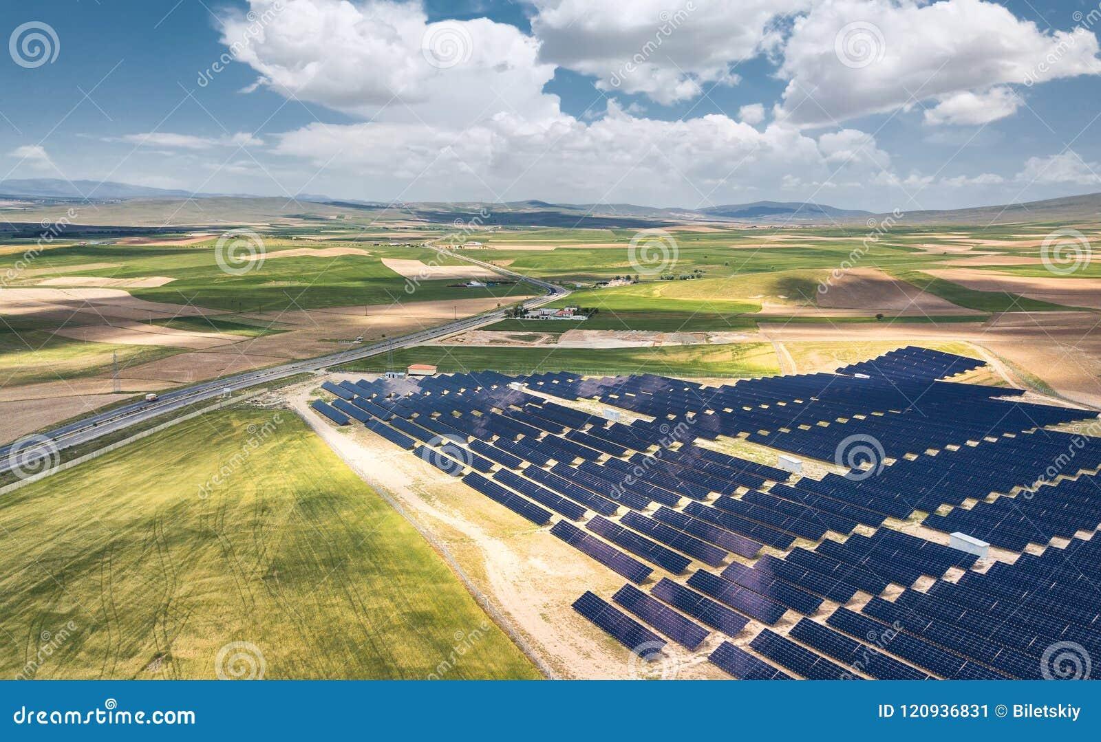 Flyg- sikt på stationen för sol- energi