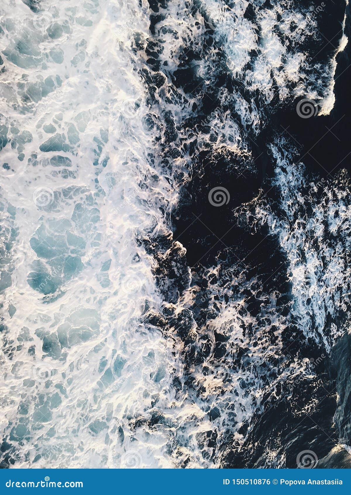 Flyg- sikt till havv?gor bl?tt vatten f?r bakgrund