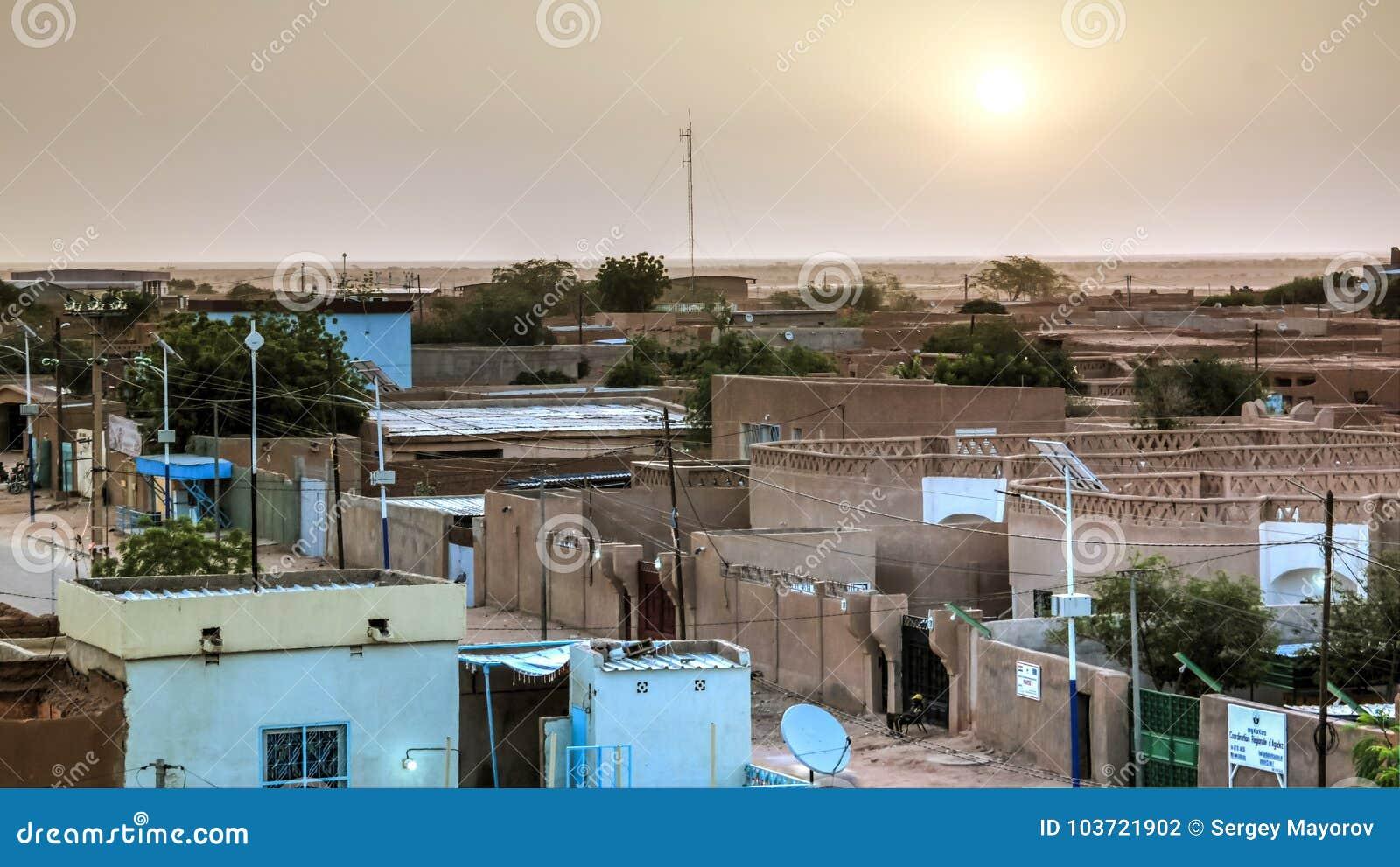Flyg- soluppgångpanoramautsikt till Agadez den gamla staden, luft, Niger