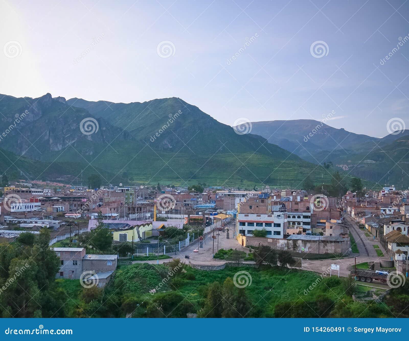 Flyg- soluppgångpanoramautsikt till den Colca floden och det Sabancaya berget, Chivay, Peru