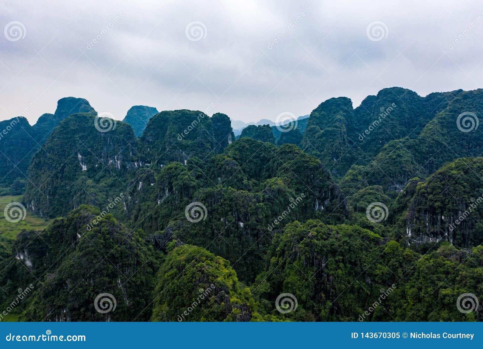 Flyg- surrfoto - berg av nordliga Vietnam askfat