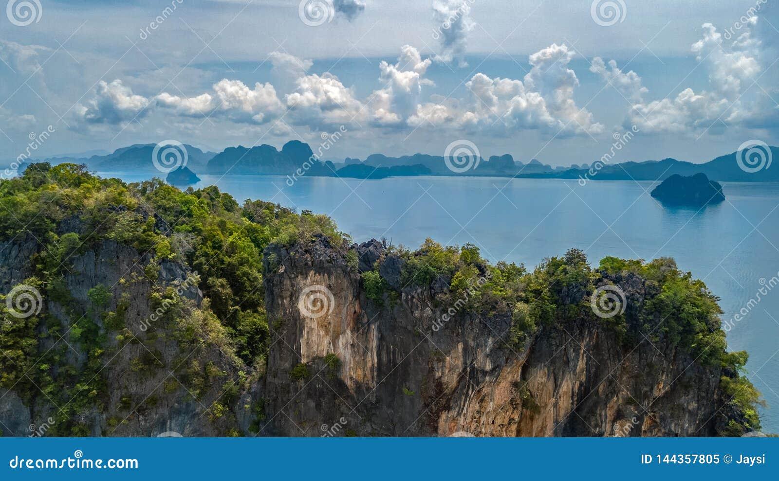 Flyg- surrsikt av tropiska öar, stränder och fartyg i blått klart Andaman havsvatten från ovannämnda härliga skärgårdöar