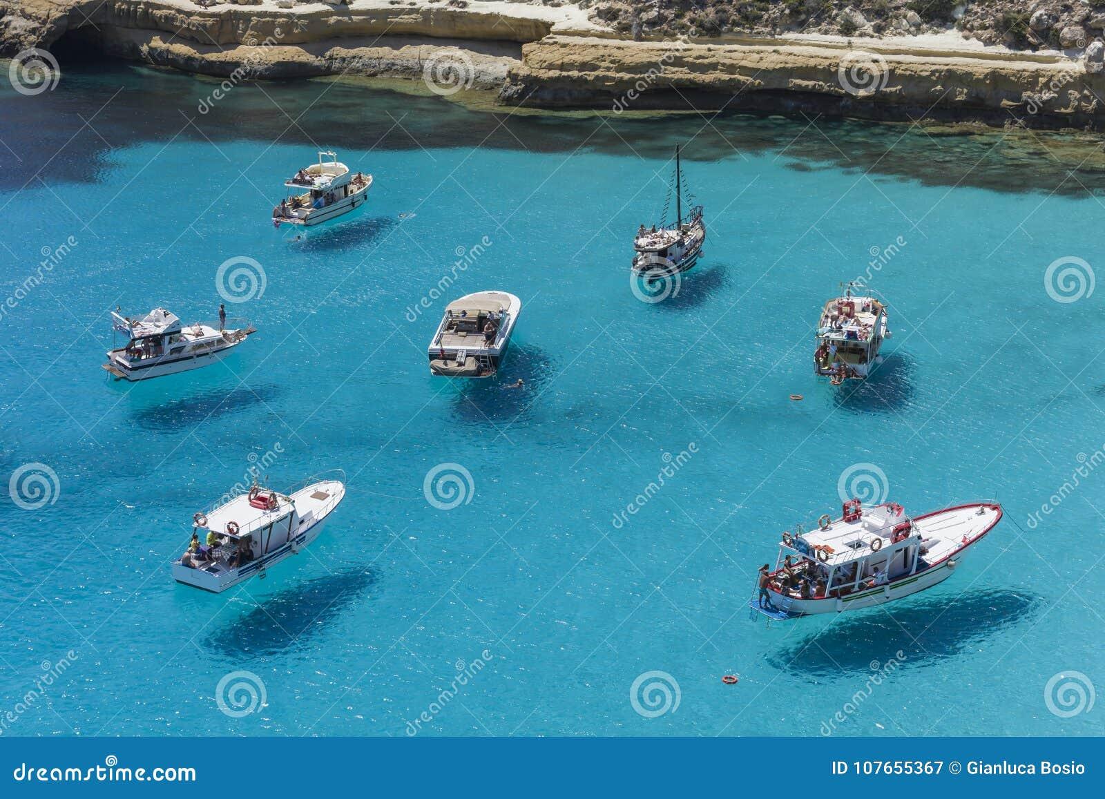 Flyga på vattnet i det Lampedusa havet
