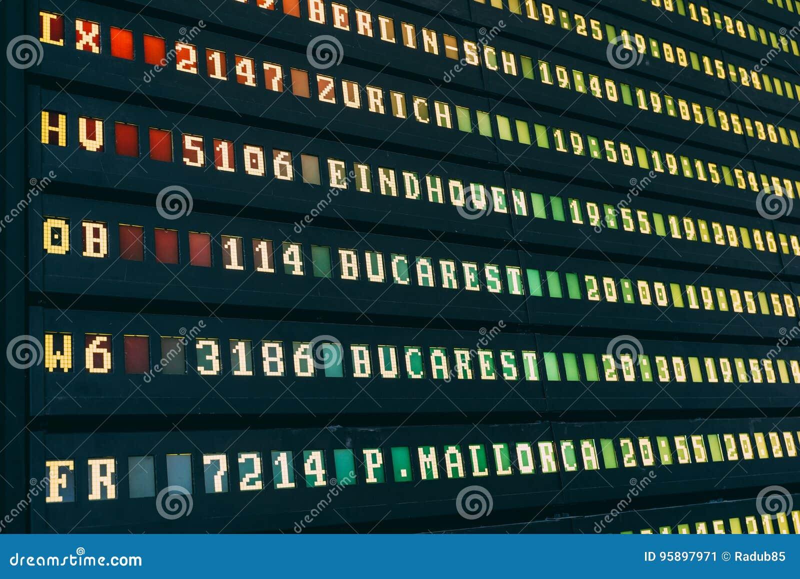 Flygavvikelse och ankomster av informationsbrädet om nivåer i flygplats