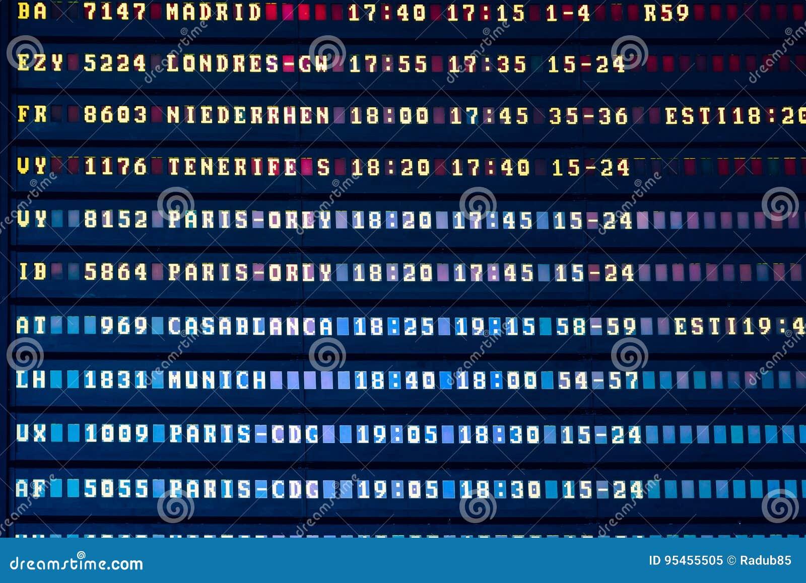 Flygavvikelse och informationsbräde om ankomster i flygplatsterminal