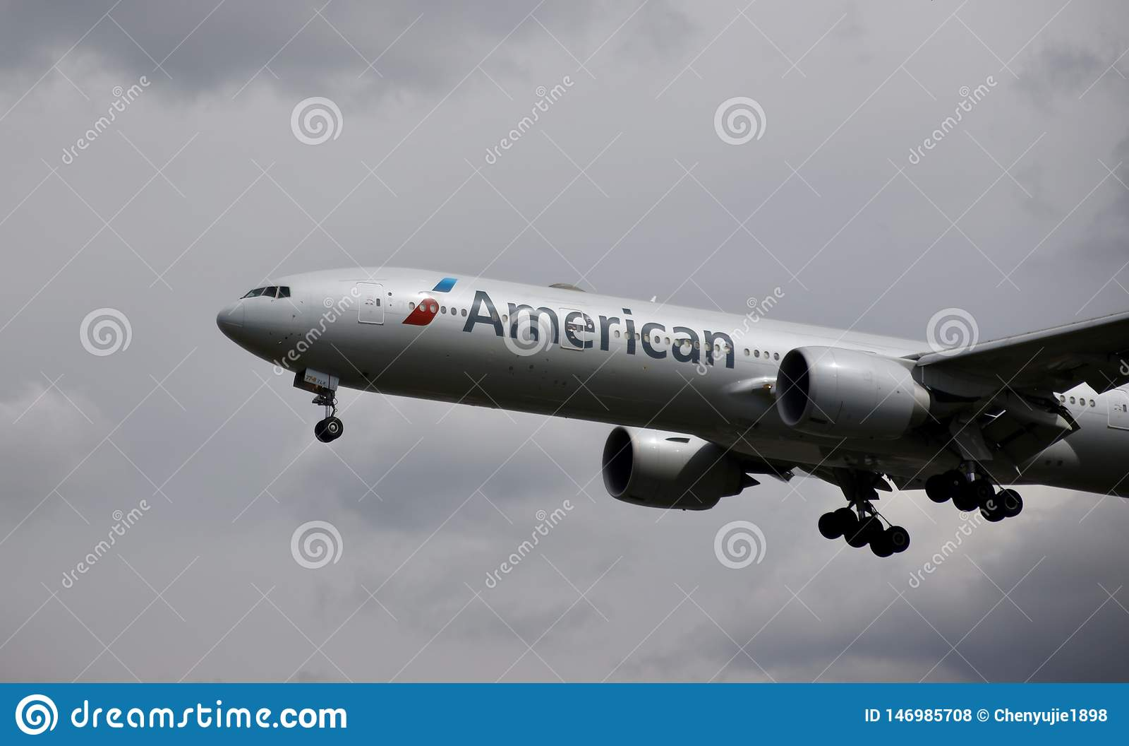 Flygplan av American airlines i himlen