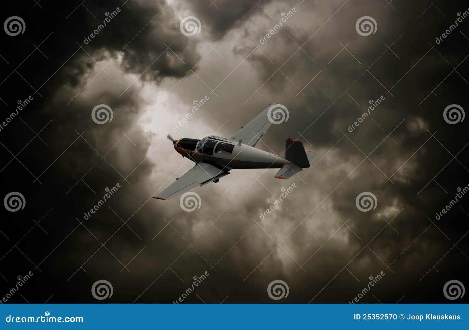 Flygplan clouds den mörka propellern
