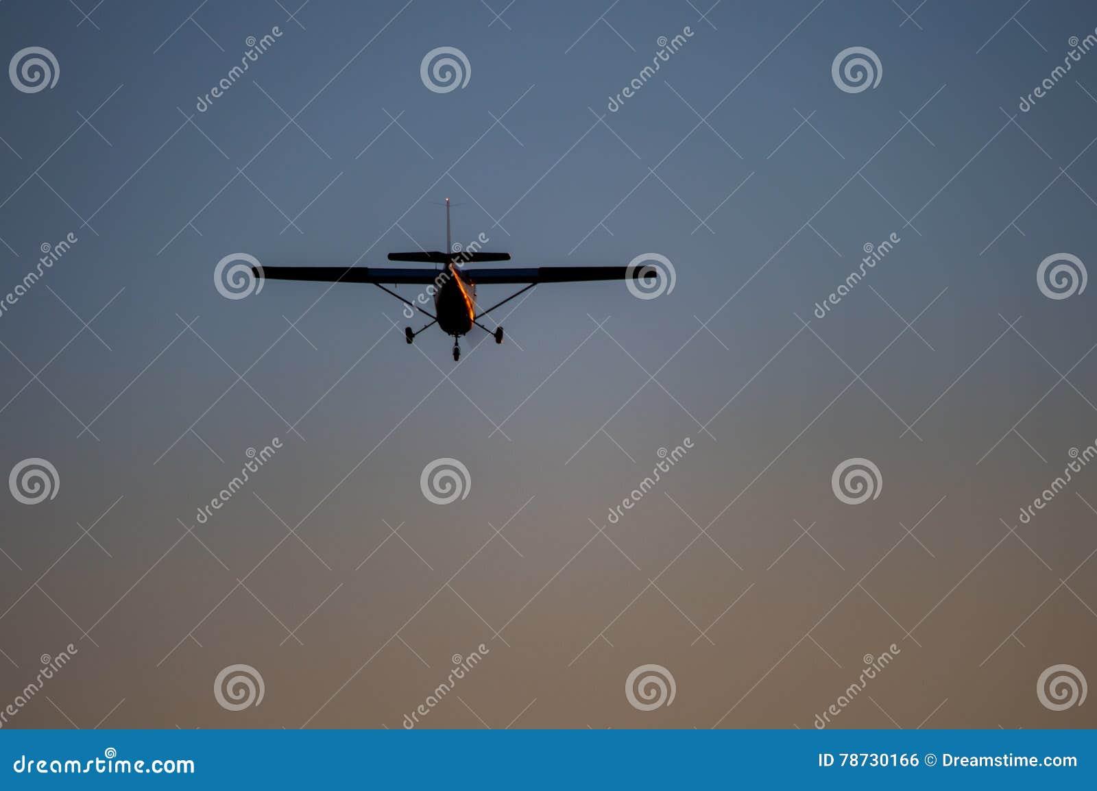 Flygplan i luften och solnedgånghimlen i bakgrund