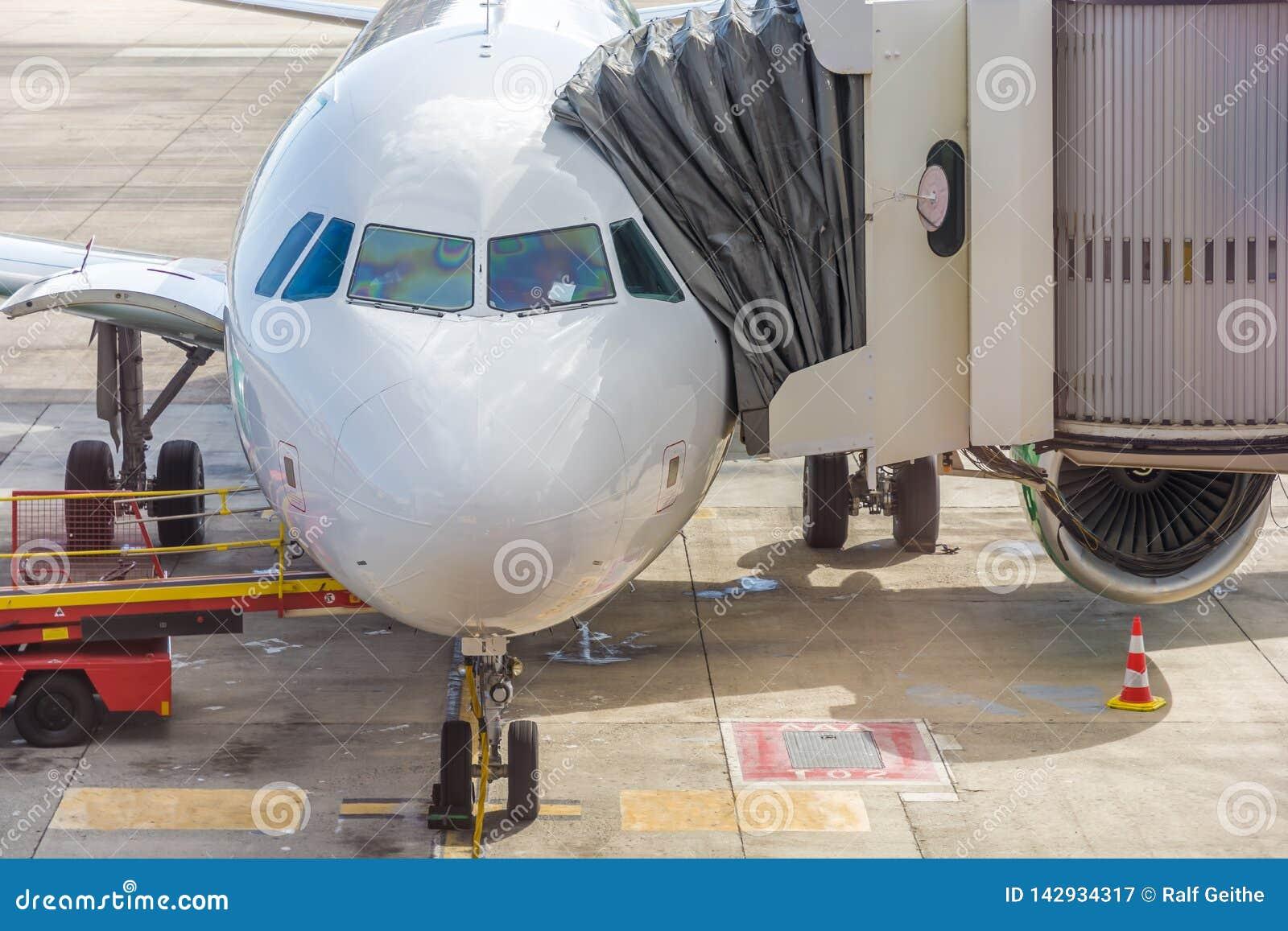 Flygplan på flygplatsen med landgången