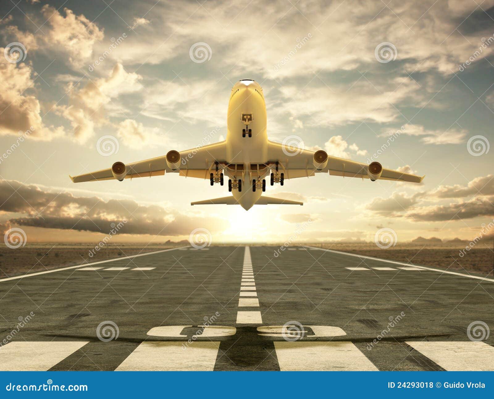 Flygplan som tar av på solnedgången