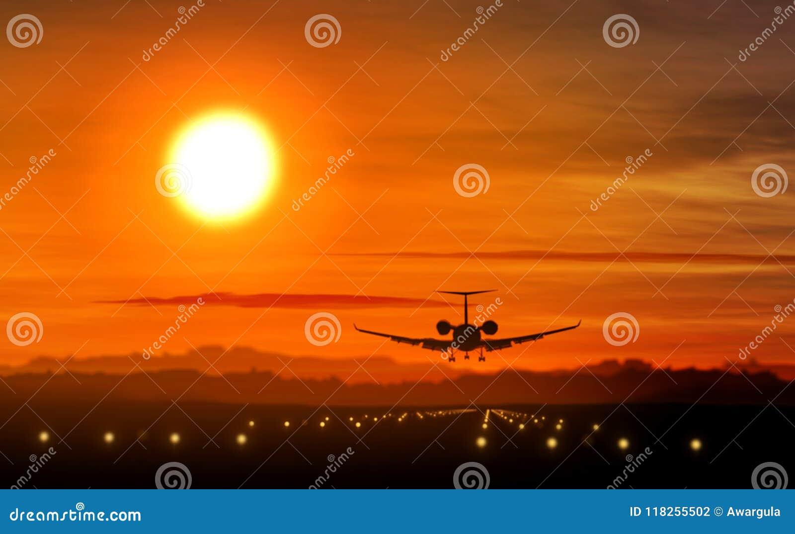 Flygplanlandning - kontur för privat stråle på solnedgång