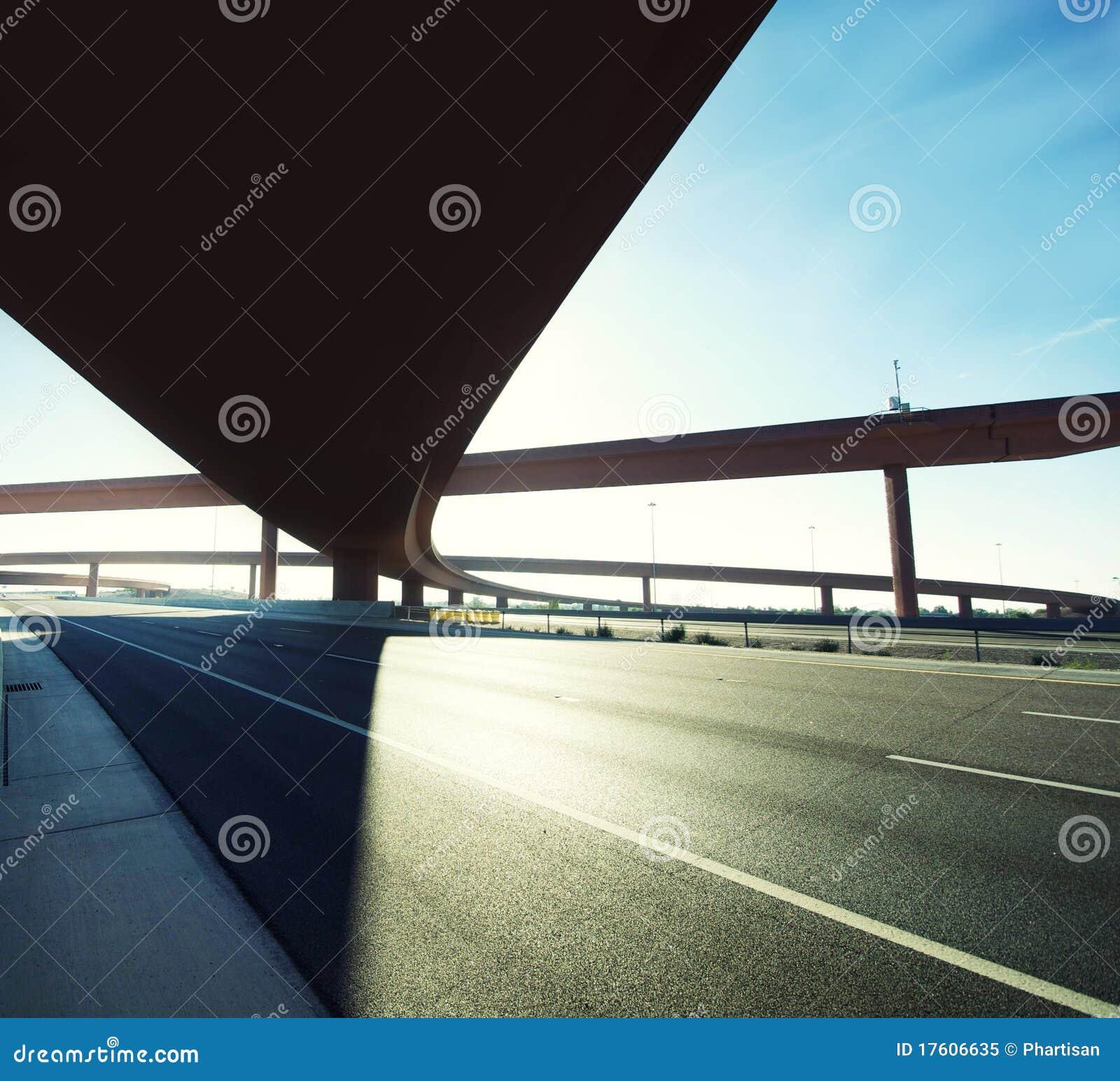 Flyover sulla strada principale che entra e che esce.