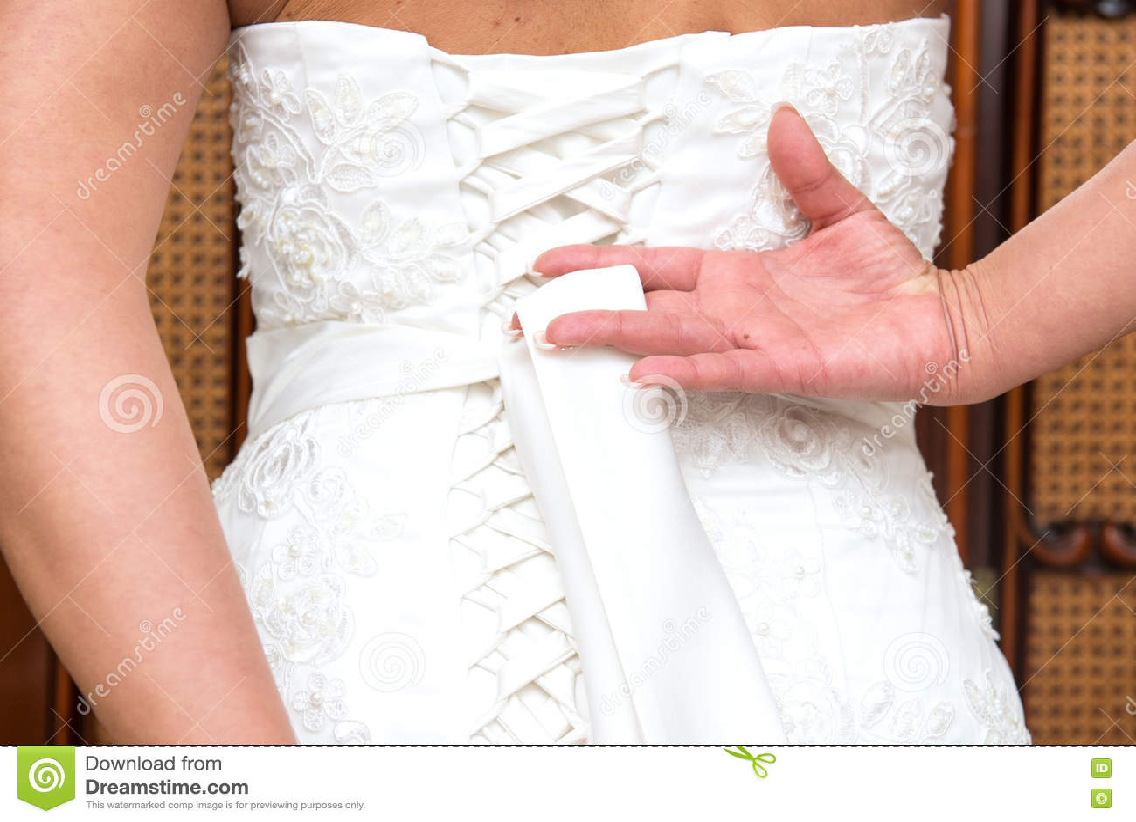 Fnuren i bröllopsklänning