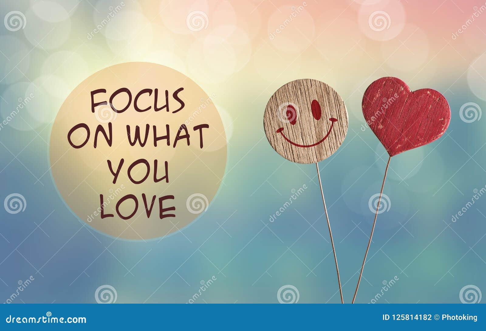 Focalize no que você ama com coração e sorri emoji