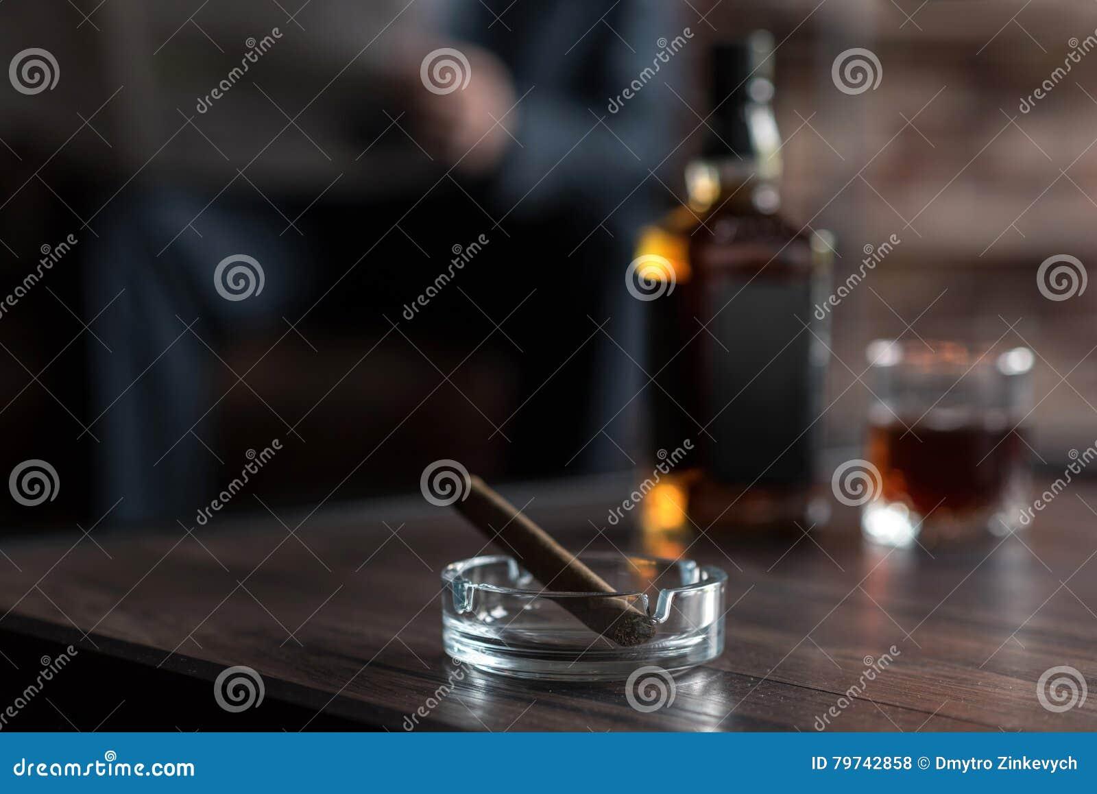 Foco selectivo de un cigarro que miente en el cenicero