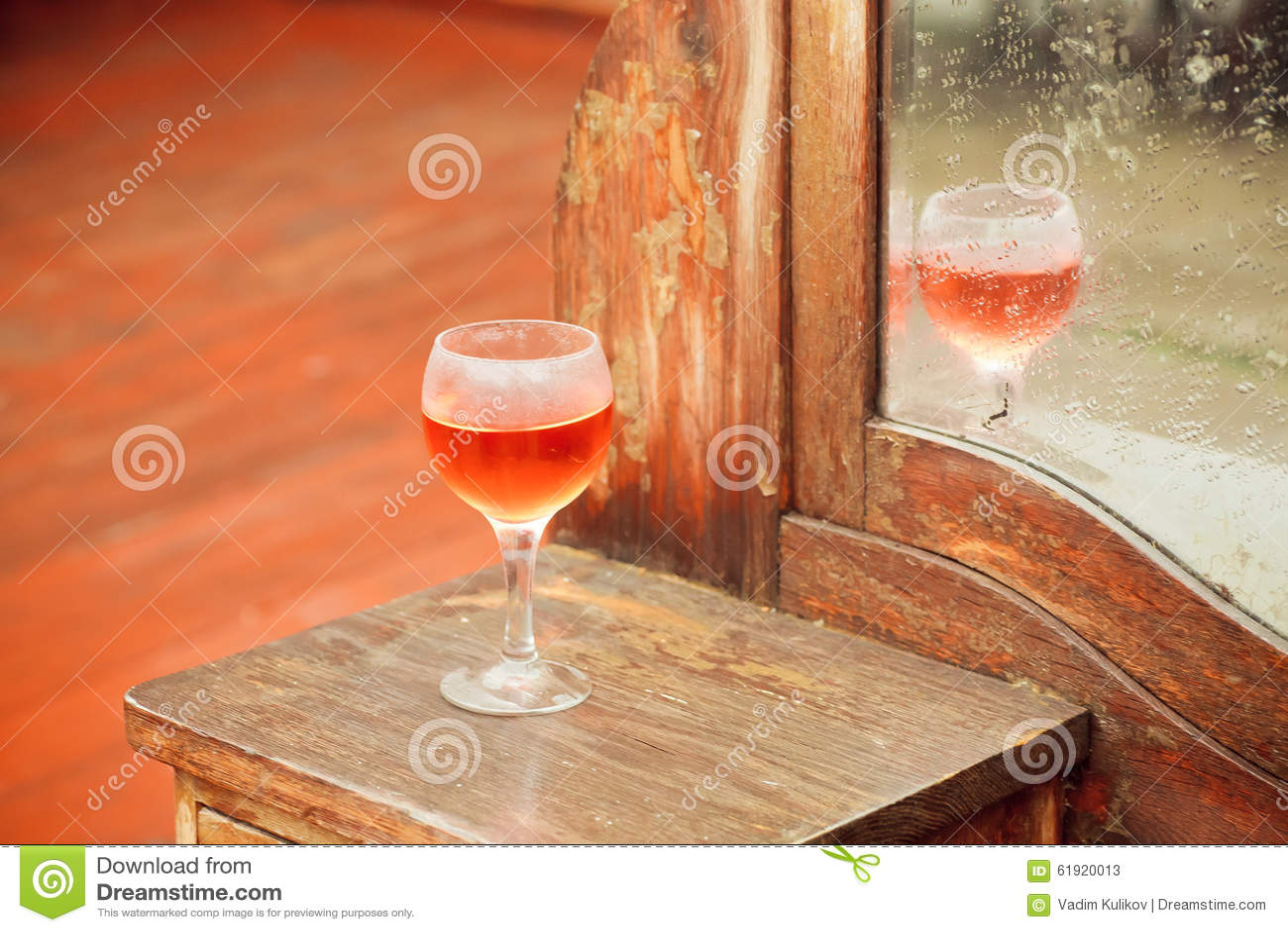 Foco Selectivo Sobre El Vidrio De Vino Y De Muebles Del Vintage  # Muebles El Foco