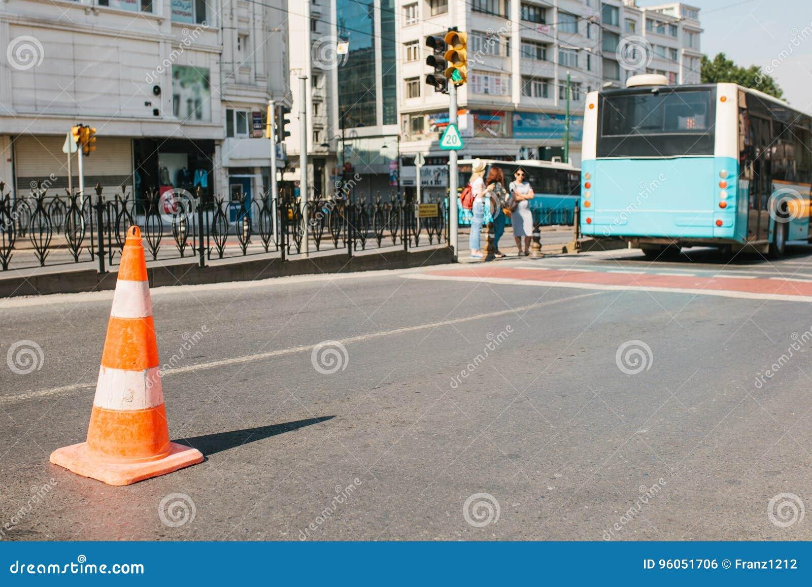 Foco seletivo no cone da estrada na estrada Sinal de estrada Trabalhos de estrada nas ruas de Istambul em Turquia blurry