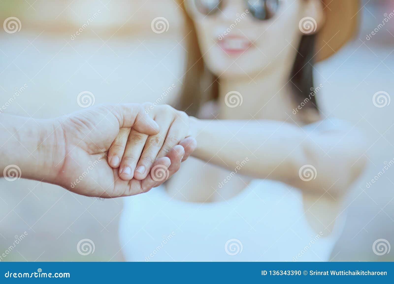 Foco suave de la tenencia de la mano