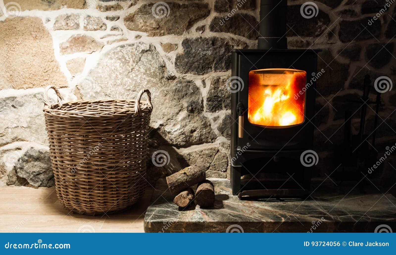 Fogão e chaminé ardentes de madeira