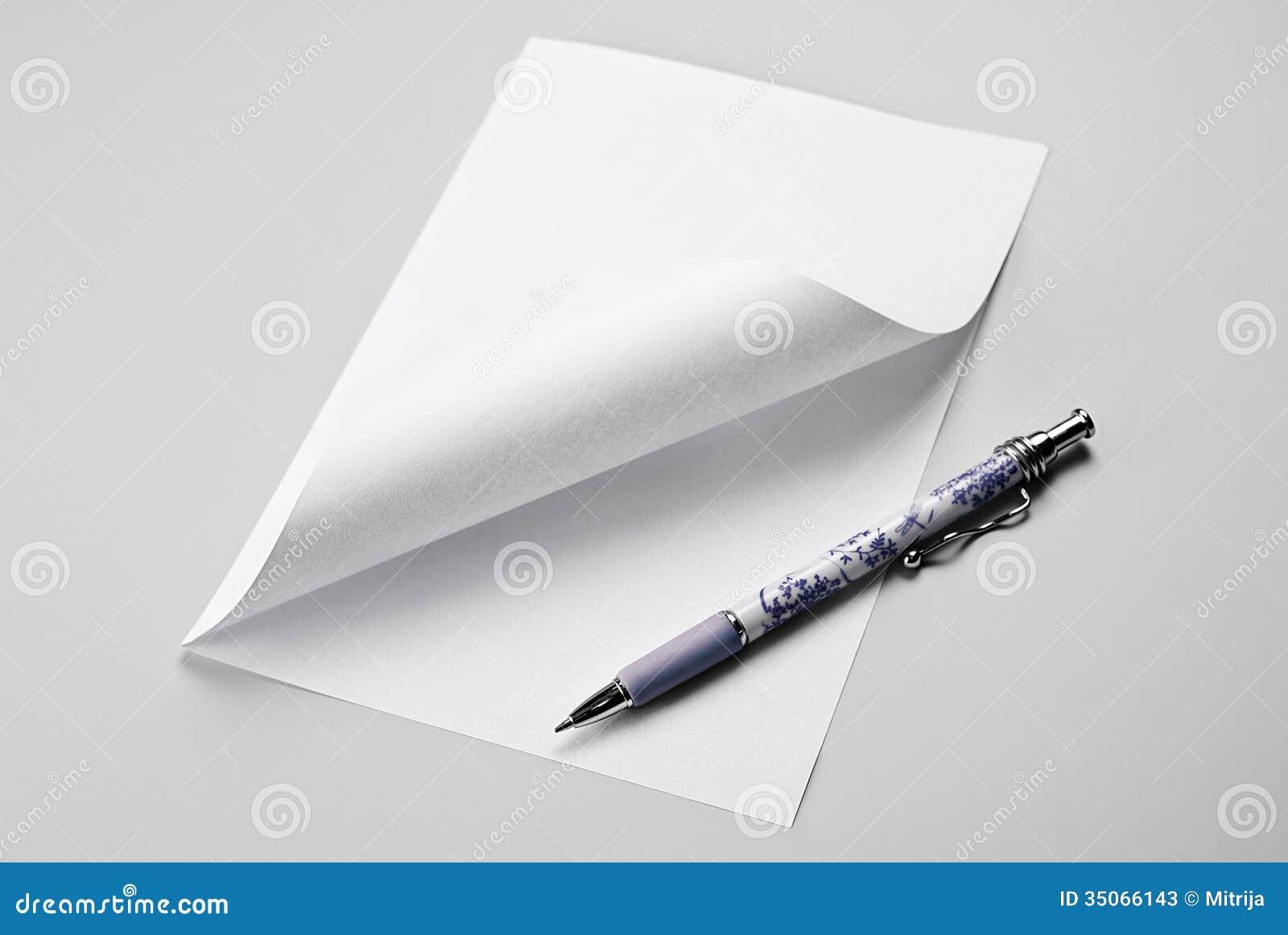 Foglio bianco di carta con l 39 angolo e la penna arricciati - Foglio laminato bianco ...
