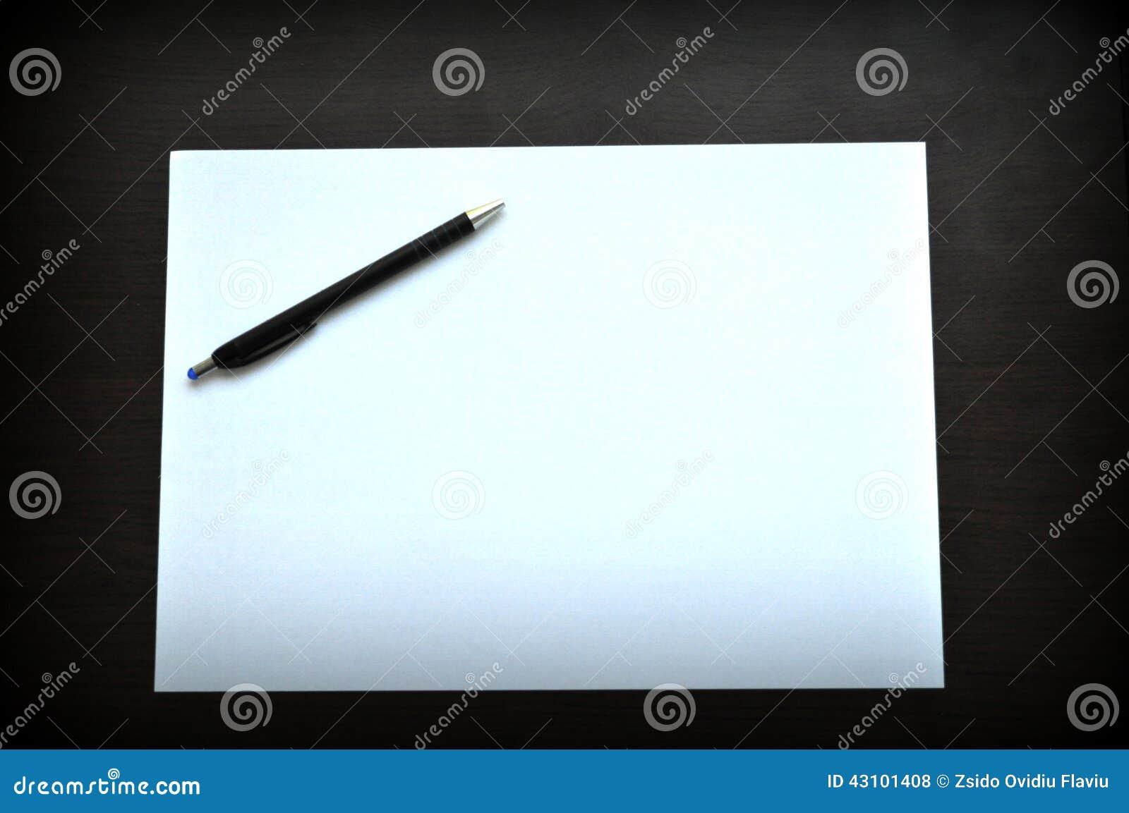 Foglio bianco di libro bianco e della penna fotografia - Foglio laminato bianco ...