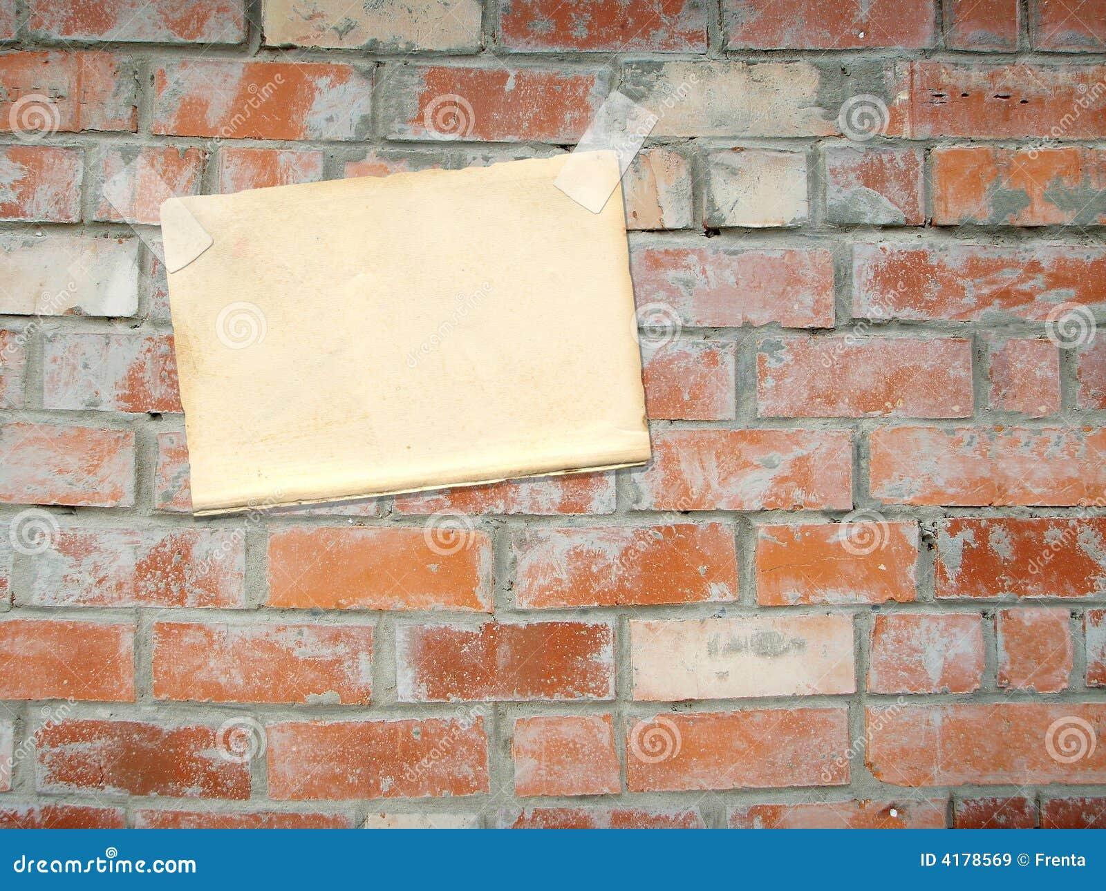 Foglio di carta appendente su un muro di mattoni immagine for Disegni di garage di mattoni