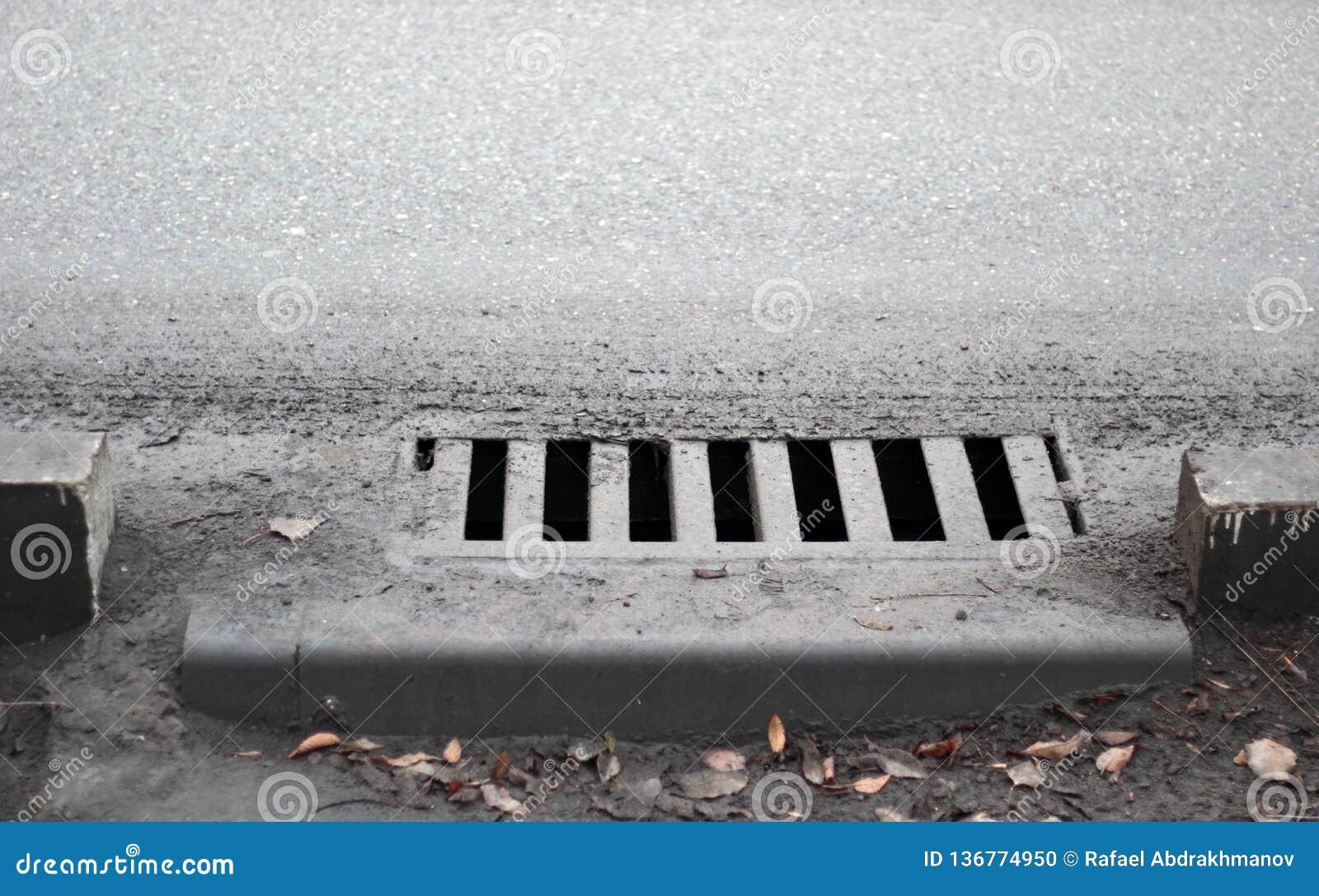 Fogna dal sentiero per pedoni Scolo della via della precipitazione eccezionale