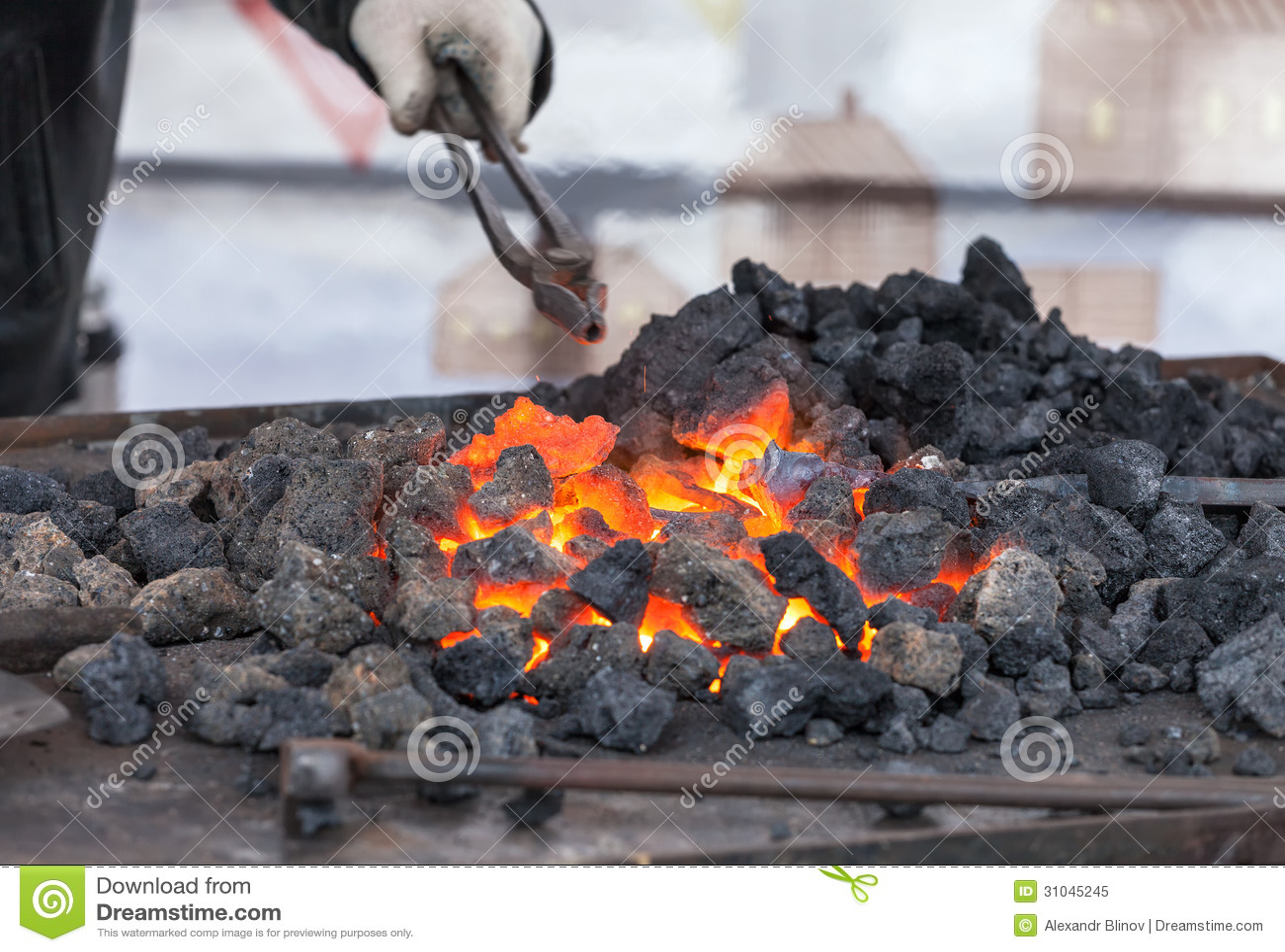Fogo da forja no ferreiro onde ferramentas do ferro