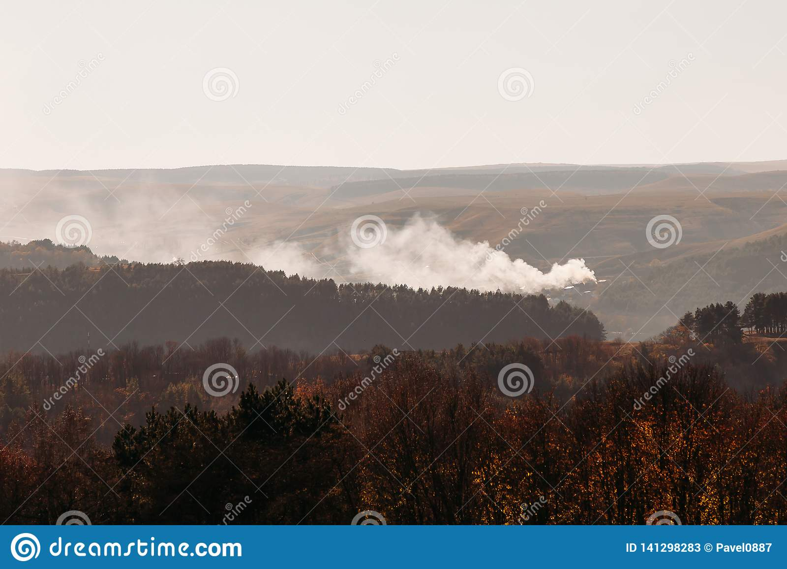 Fogo na floresta no terreno montanhoso no outono