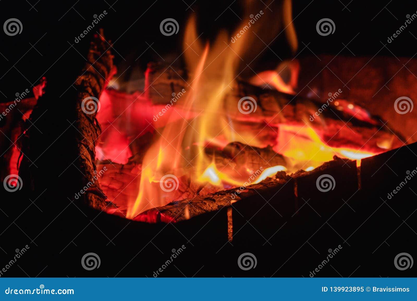 Fogo quente de carvões com fumo Textura em um piquenique exterior