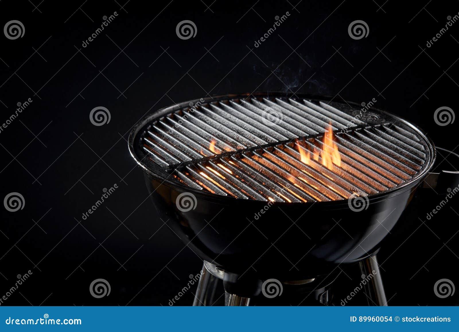Fogo quente do assado com os carvões de incandescência prontos para cozinhar