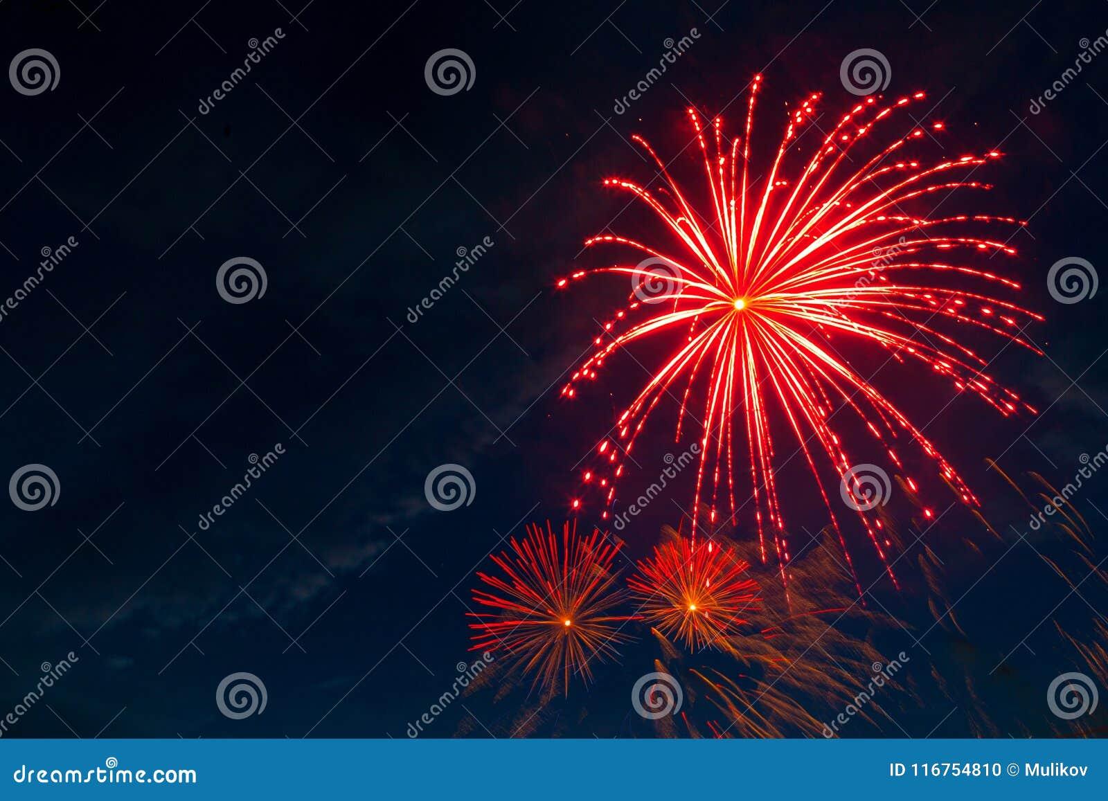 Fogos-de-artifício cinco - cinco fogos-de-artifício sopram no 4o da celebração de julho no Estados Unidos