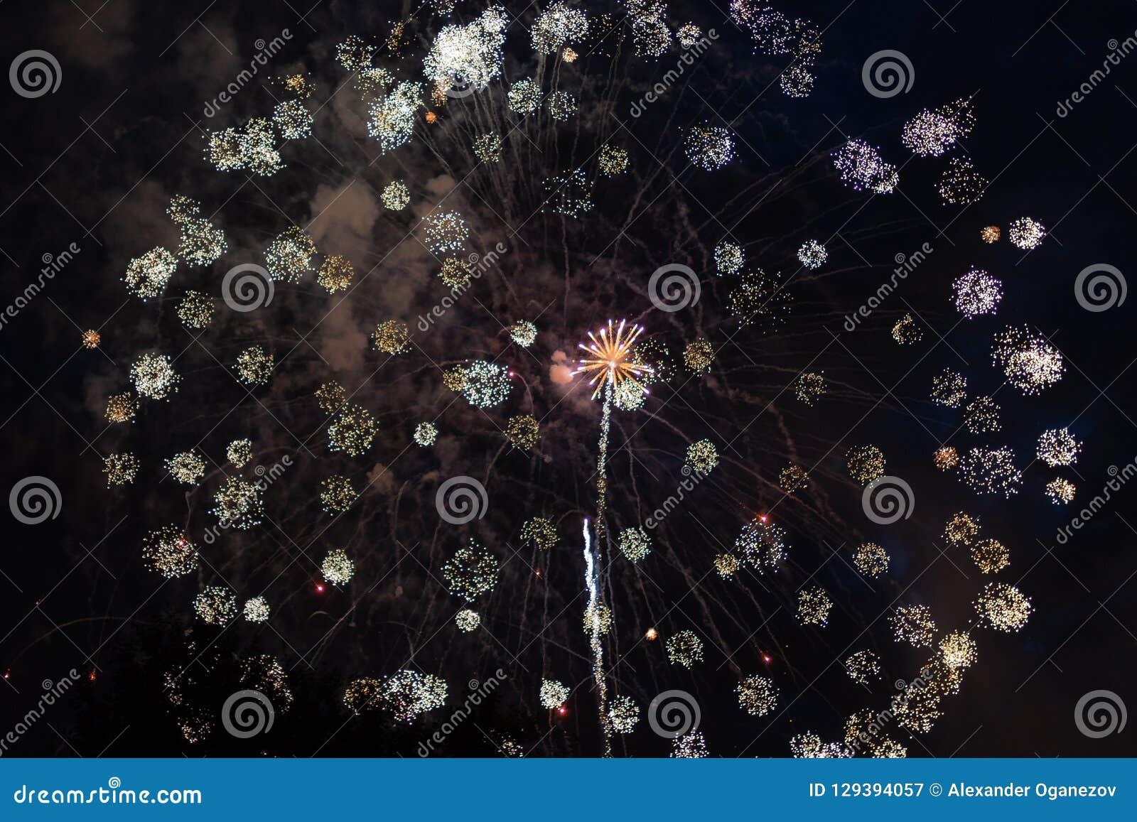 Fogos-de-artifício coloridos no 4o julho