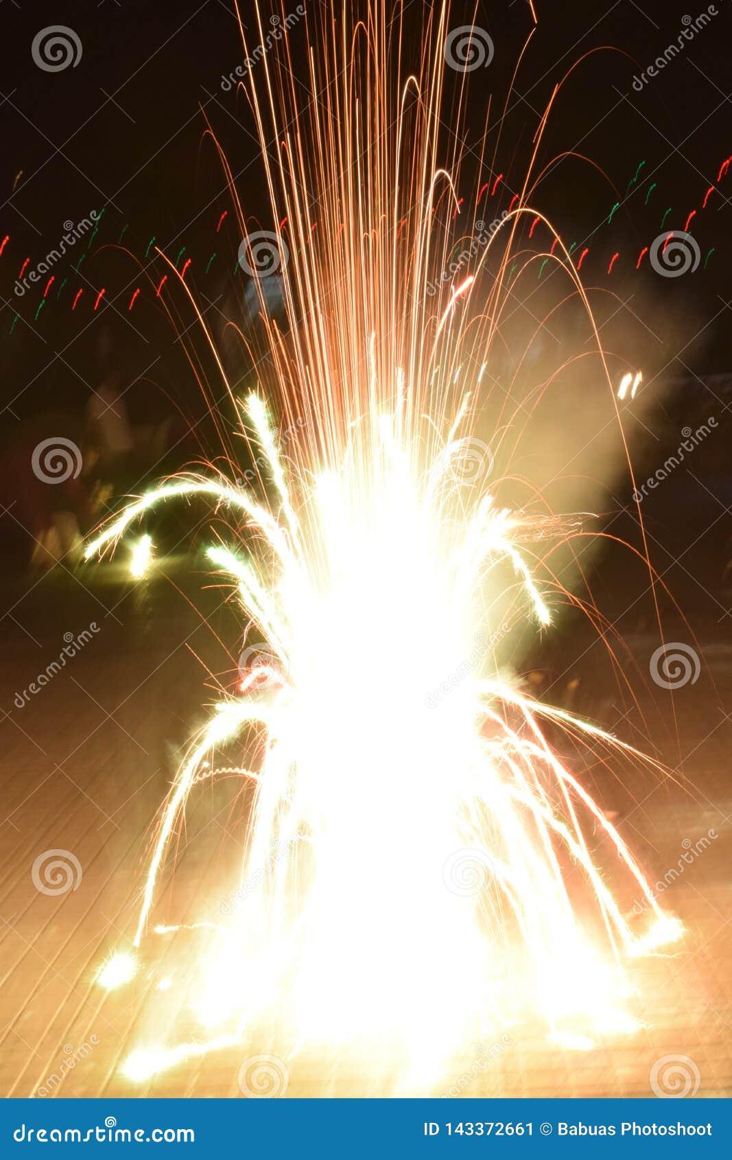 Fogos de artifício do foguete poderoso brilhante durante o festival de Diwali