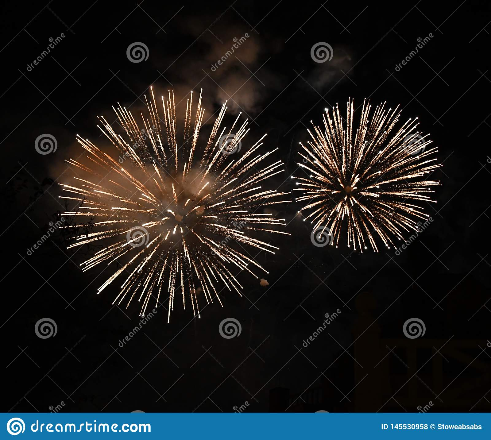 Fogos de artifício grandes brilhantes no céu