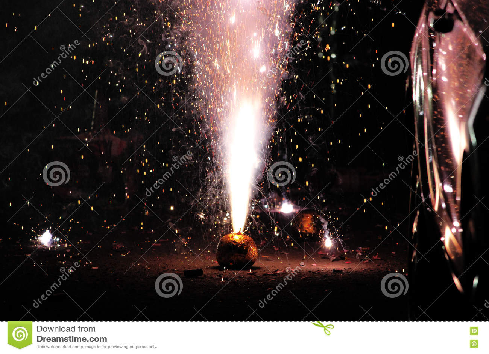 Fogos-de-artifício ou foguetes durante o festival de Diwali ou de Natal