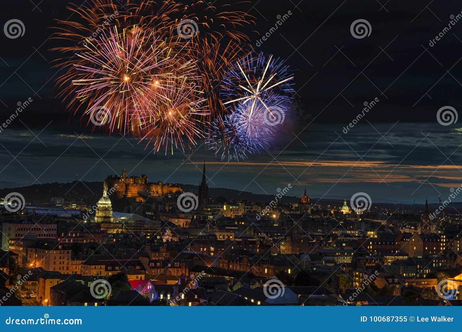 Fogos-de-artifício que brilham sobre a cidade de Edimburgo