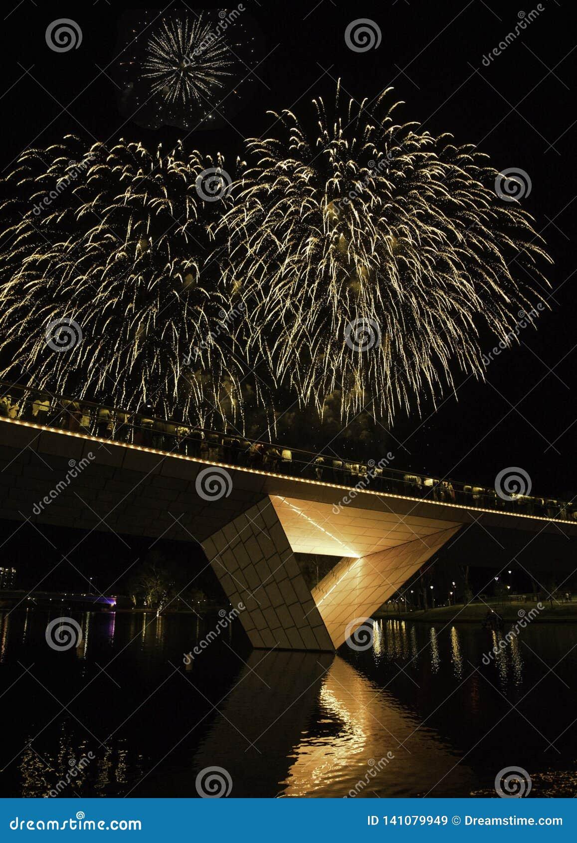 Fogos de artifício que jogam na ponte leve