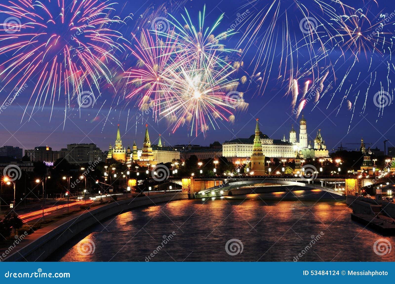 Fogos-de-artifício sobre o Kremlin de Moscou
