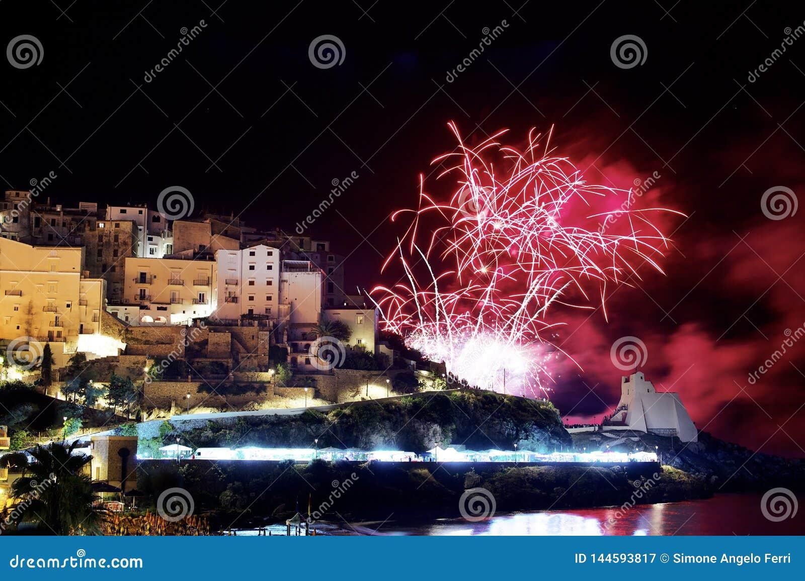 Fogos de artif?cio vermelhos na cidade de Sperlonga Italy