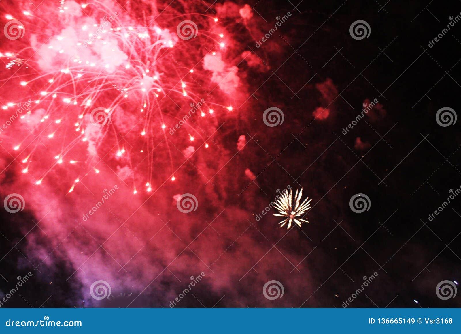 Fogos-de-artif?cio firework Fundo celestial Onda colorida do vermelho brilhante, de luzes de brilho no céu noturno durante o ano