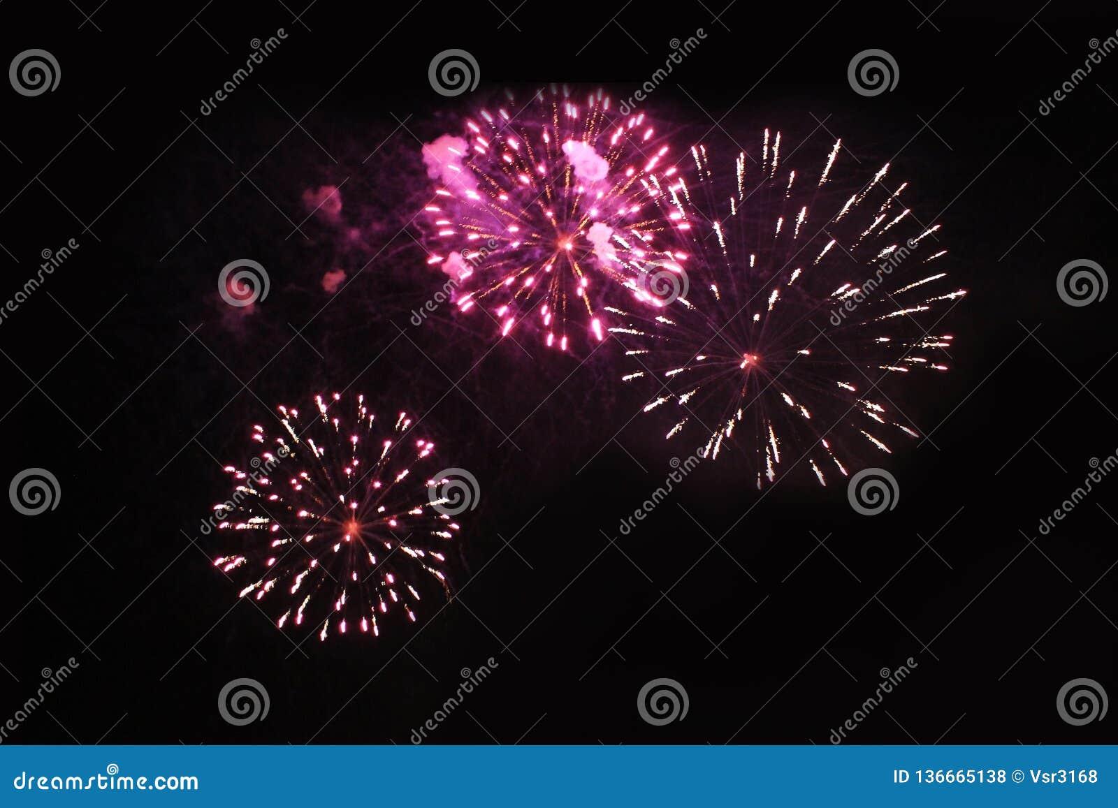 Fogos-de-artif?cio firework Fundo celestial Trio de surpresa de luzes efervescentes vermelhas e amarelas brilhantes no céu noturn