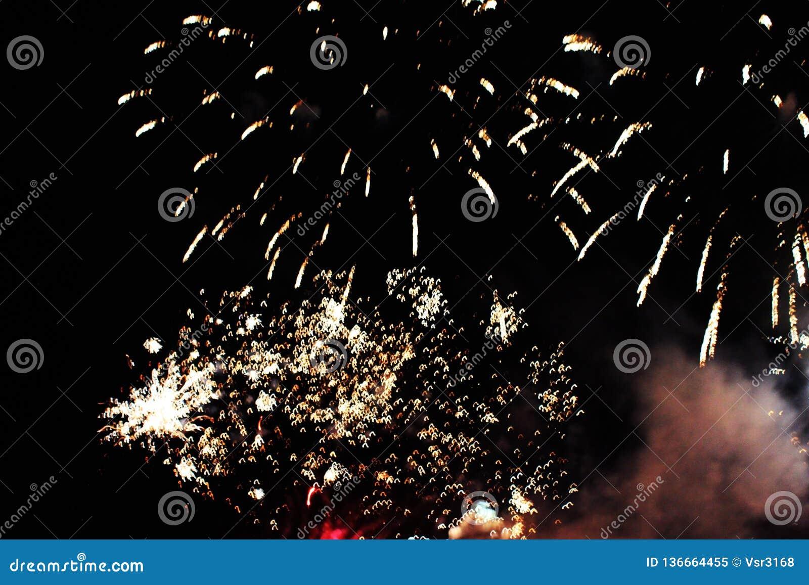 Fogos-de-artif?cio firework Fundo celestial Uma onda colorida de luzes de brilho amarelas brilhantes no céu noturno durante o ano