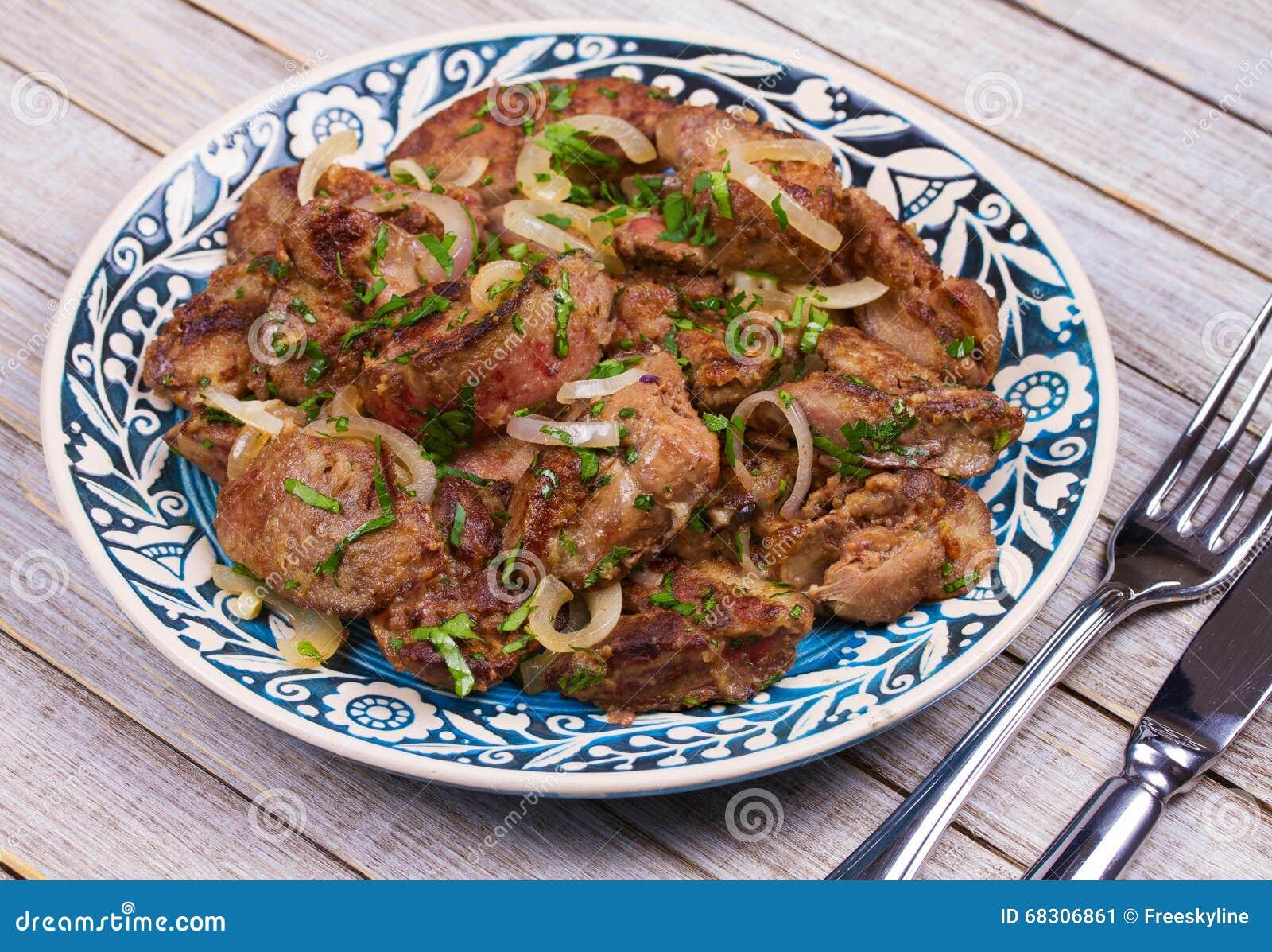 Foie de poulet sauté avec la pomme et l oignon