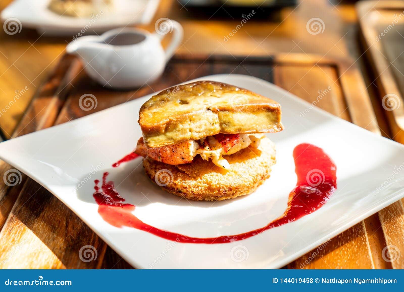 Foie gras med hummer- och hallonsås