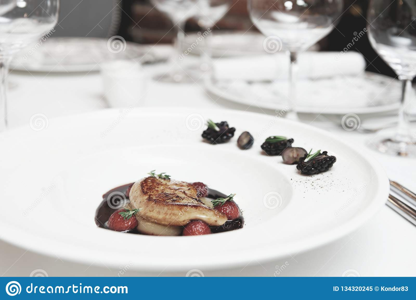 Foie gras med portsås på tabellen som tonas
